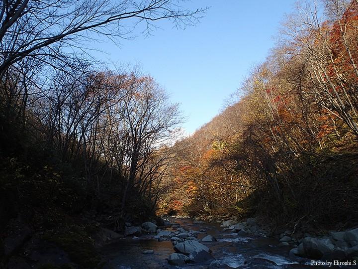かろうじて、紅葉が残っているが、渓流は最終盤であろう。