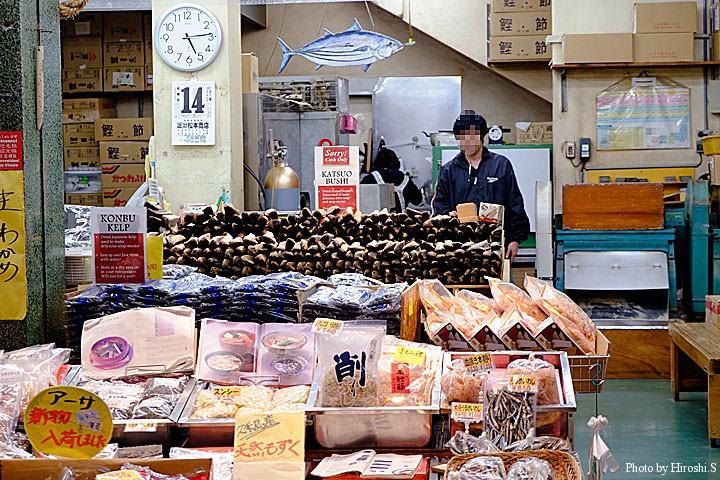 那覇 市場通りにて 鰹節の販売が多い土地