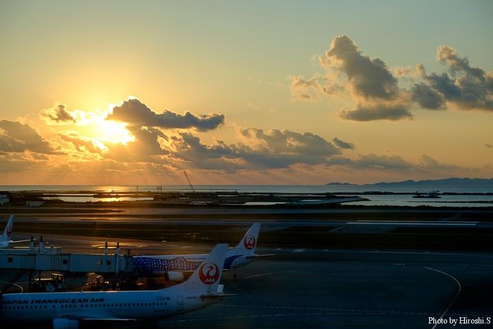 那覇空港のサンセット 水平線に浮かぶのは慶良間諸島の島々