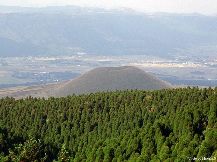 阿蘇山上付近より米塚を
