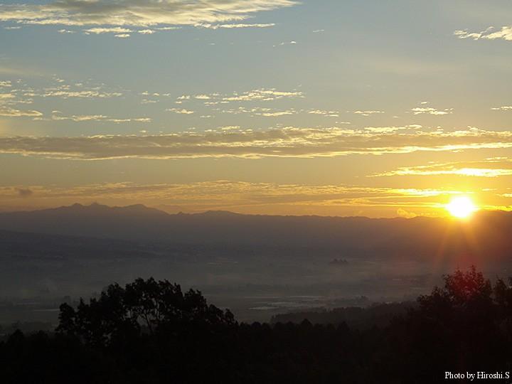 南阿蘇村より 東の空より陽が昇る。
