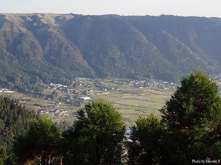 城山展望所より外輪山とカルデラ内の町を