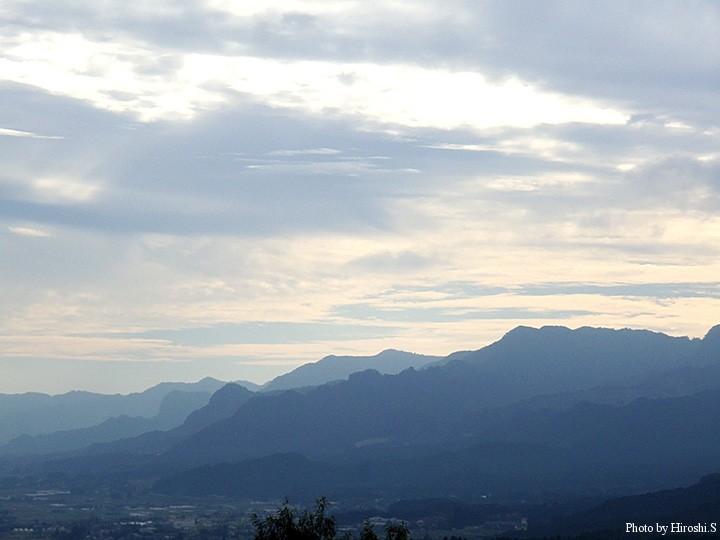 朝霧が晴れても、外輪山の連なりは水墨画のようだ。