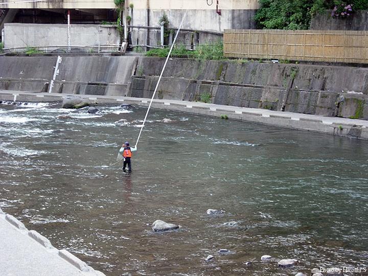 温泉を流れる川で鮎狙いの釣り人がいた。