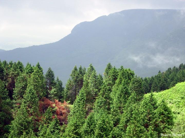 カルデラ外輪山の内側は険しい。