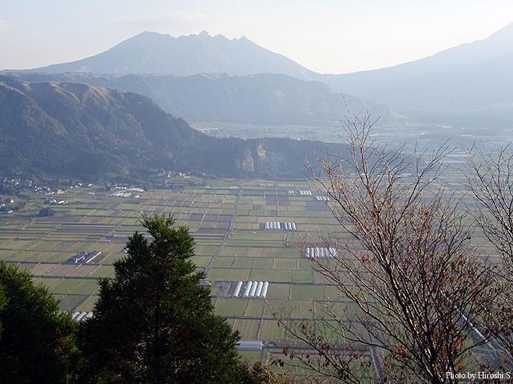 城山展望所より外輪山とカルデラ内の町並みを