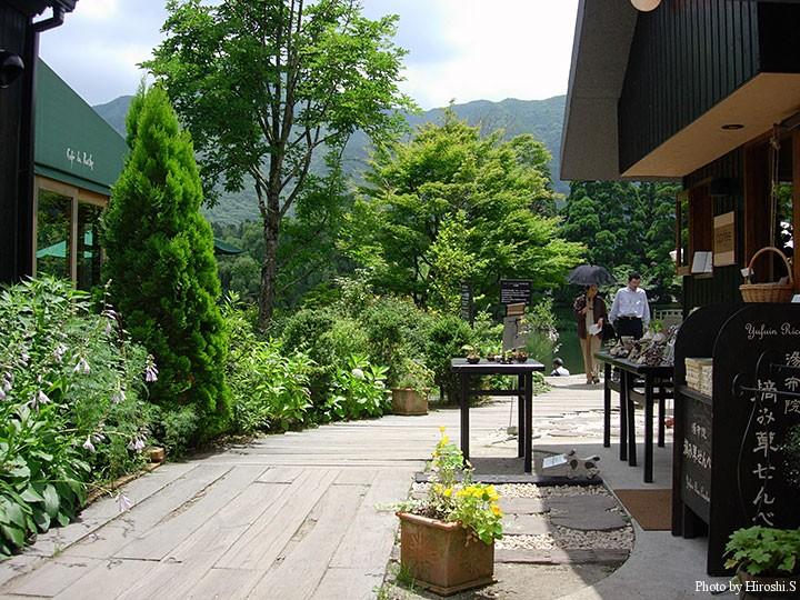 湯布院温泉 洒落たカフェや土産物屋が並ぶ