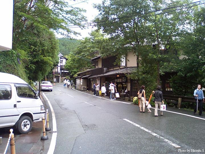 黒川温泉のメインストリート 通りを離れると、アップダウンの多い狭い路地となり、宿が並んでいる。
