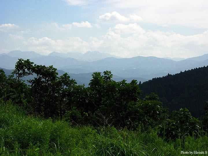 くじゅう(九重)という名前の由来が判りそうな山並み しかし、九重町と書いて「ここのえちょう」と読ませる。