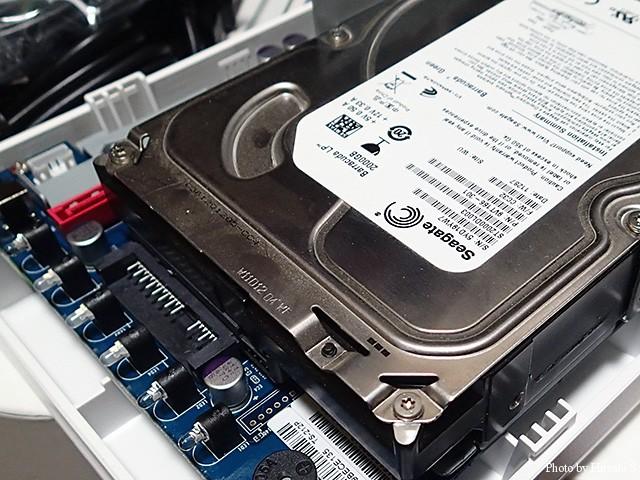一基目のHDDはボードに直差しで取り付けを行う。