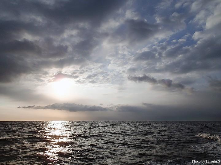 朝の時間は厚めの雲に覆われていた。風は西の風。帰りが大変だと、この時点で予想されていた。