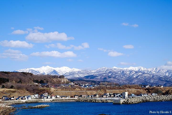上浦漁港の向こうに、遊楽部岳周辺の山々を望む