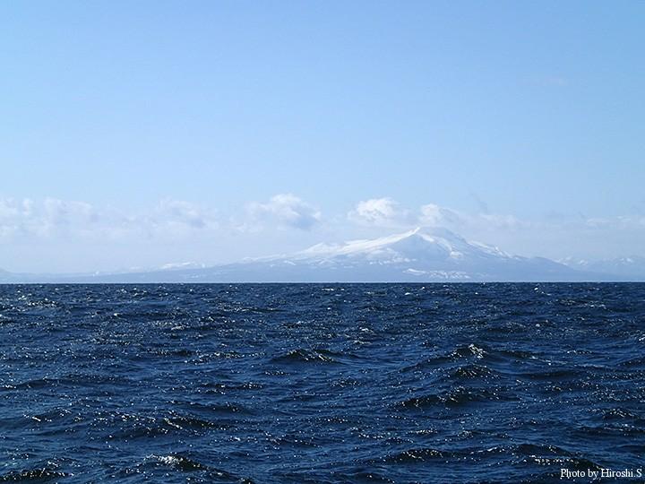 昼近くは天気は回復したものの、風は収まらず、海も荒れていた。そんな中で撮影した道南の名峰駒ヶ岳。