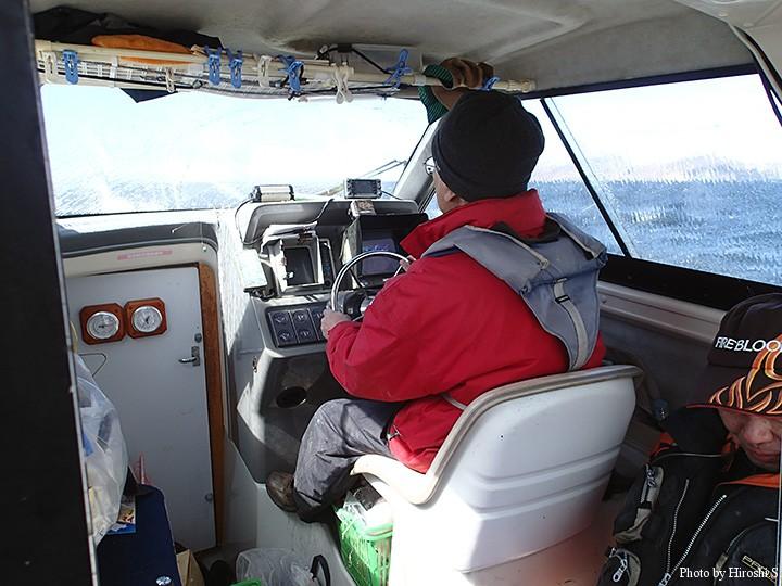 K船長とS氏 デッキは常に波がかぶる状況であった。