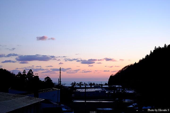 旧大成町(現在はせたな町大成区)の温泉宿、あわび山荘の窓から夕暮れを
