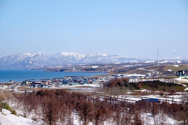 望来の集落の向こうに、暑寒別の山々がみえる