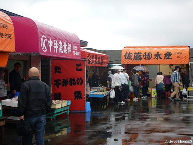厚田朝市の様子。雨天だが、GWということもあり、早朝から結構な買い物客が訪れていた。