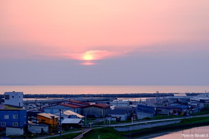 羽幌の宿にて 水平線左に見える影は焼尻島