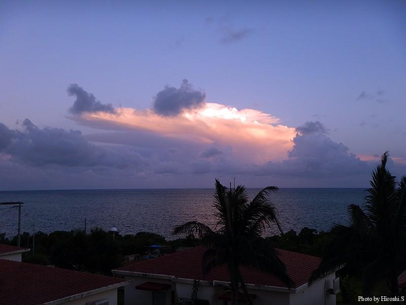 西表島 ラティーダ西表 太陽は既に写真の右90度に沈み、洋上の雲が染まっていた