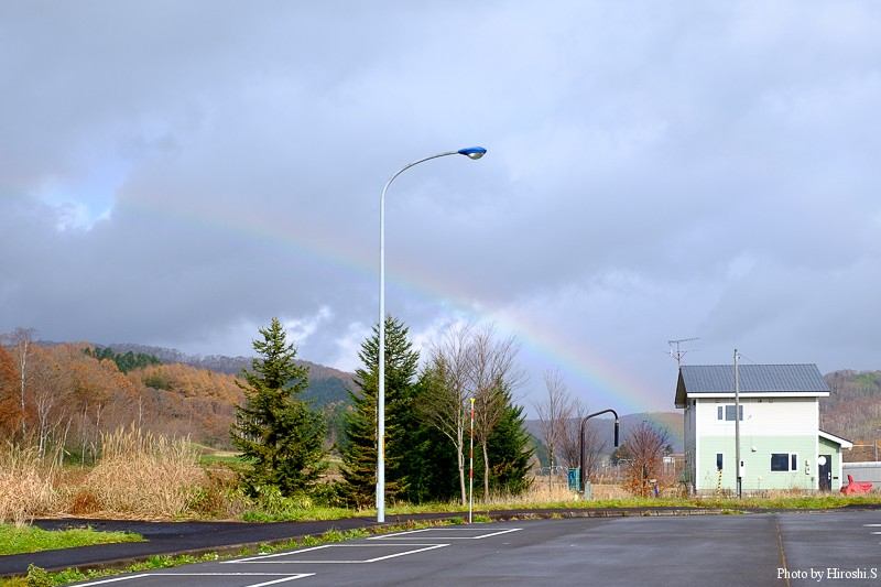 時折、虹が出ていたが、瞬く間に消えてしまう。
